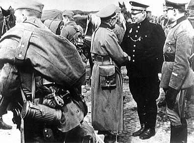 Dänische Oberpolizeibeamter begrüssen die deutsche Besetzer