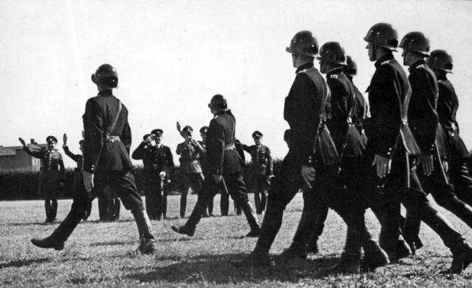 Besættelse og befrielse: 3. Samlingsregering og aktiv samarbejde: Dansk politi paraderer for tyske officerer, 1941-42