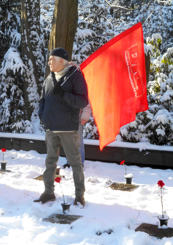Honouring Hamburg resistance fighters: Participant in the commemoration with the DKP flag, Ohlsdorfer Cemetery, 30. Januar 2021