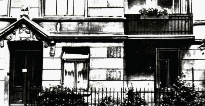 Original caption (translated from German): In the 1920s, Ernst Thälmann lived in Siemssenstraße 4. In 1929, he moved with his family to Tarpenbeckstraße 66. Right-wing extremists carried out an attack on the apartment in June 1922