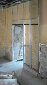 Innenausbau bestehend aus: Bodenaufbau mit Abdichtungsbahnen, Ausgleichsschüttung, druckfeste Dämmplatten, OSB-Blindboden, Dielenboden bauseits geölt, Trennwände mit integrierten Schiebetüren, Wandverkleidungen, Innenwanddämmung, Decken abhängen, Türelemente flächenbündig, Fenster und Haustüren