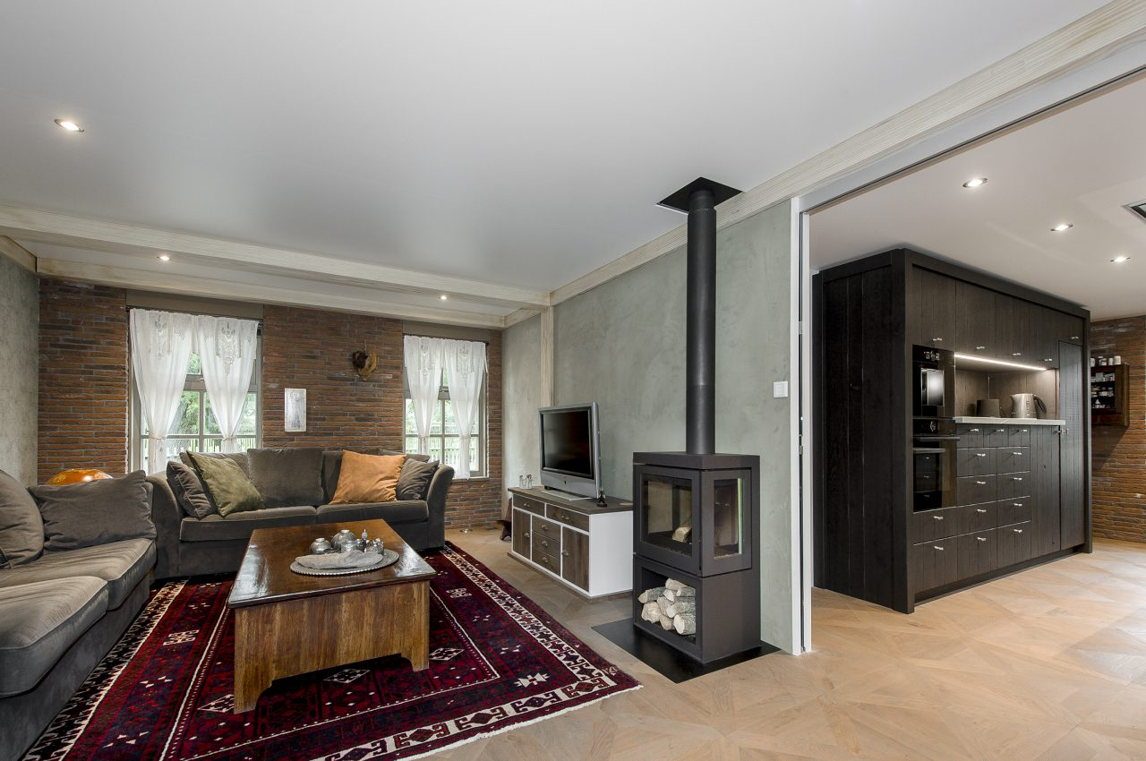 akoestisch spanplafond in een woonkamer