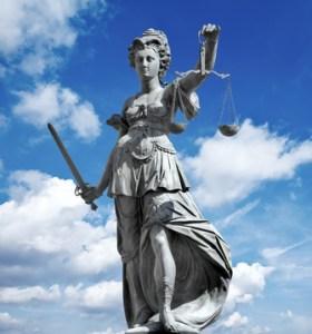 Recht haben und Recht bekommen sind oft zweierlei im Leben. Mit einer Rechtsschutzversicherung schützen Sie sich wenigstens vor den Kosten eines Prozesses.