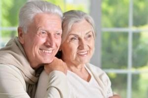 Glückliche Senioren haben für das Alter gespart.