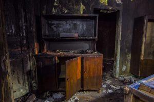 Nach einem Brand ist es nicht mehr so gemütlich wie man es sich wünscht. Damit es es schnell wieder wohnlich ist und Sie wieder Möbel und Kleidung haben brauchen Sie eine Hausratversicherung