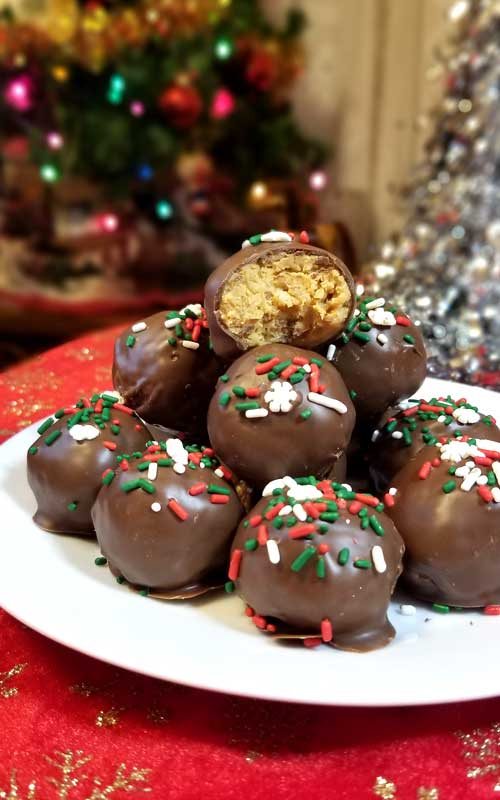 Chocolate Peanut Butter Crispy Balls - So good, they are practically irresistible. The crispy texture is a wonderful addition that really compliments and enhances the peanut butter flavor. #dessertrecipe #nobake #chocolate