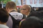 著上T-恤背後寫著our home our say 香港我主場的外國人士