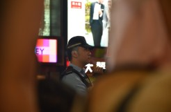 在sogo對出,手持攝影機拍攝的警員