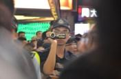 在sogo對出手持攝影機拍攝的警員