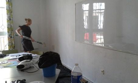 Laura pintando nuestra clase!