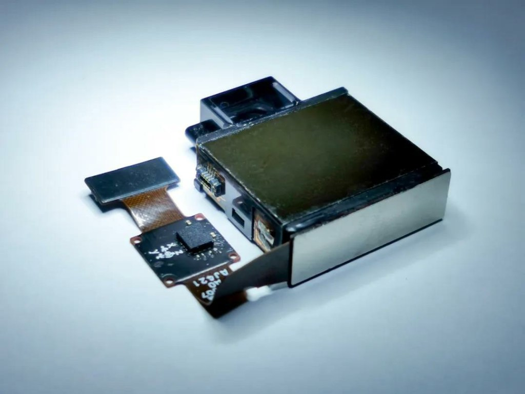 Ultra-thin periscope continuous zoom module