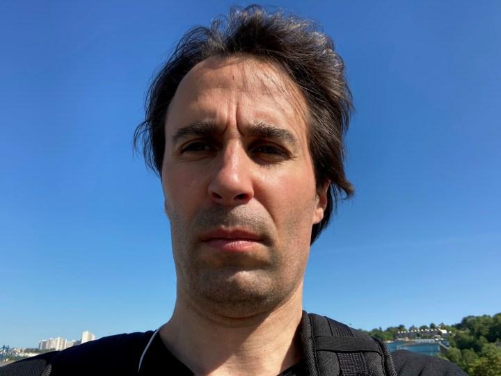 Apple iPhone SE (2020): blue sky selfie, low noise