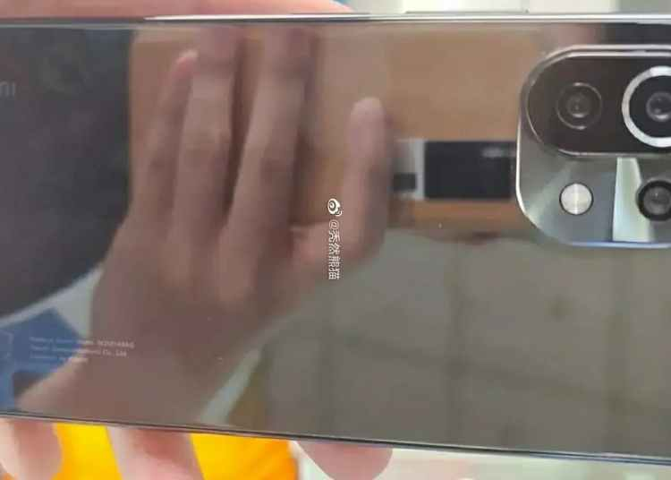 Mi 11 Lite live photos exposure: screen four sides nearly equal width, said to be equipped with Snapdragon 775