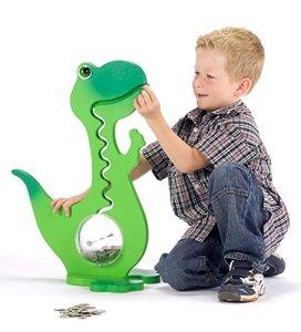 Junge spielt mit seiner Spardose für Kinder