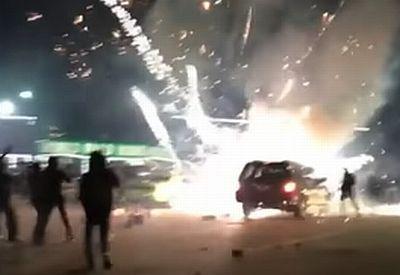Feuerwerk explodiert in einem Auto