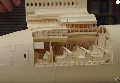 Nachbau einer Boeing 777 aus Papier