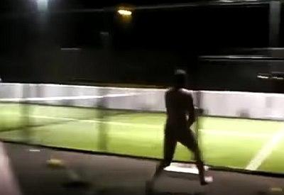 Internetklassiker: Nackt auf den Tennisplatz rennen