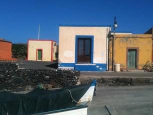 L'ingresso della sala della capitaneria a Linosa dove è allestita la mostra Save My Dream