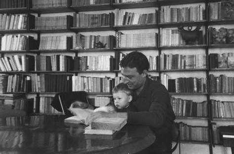 Emilio Tadini 017, fototeca de L'Europeo, Francesco Tadini, maggio 1962, NELLA SUA CASA IN VIA jOMMELLI
