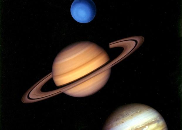 """Gli asteroidi nella fascia principale sono divisi in Gruppi e famiglie di asteroidi sulla base delle loro caratteristiche orbitali. I satelliti degli asteroidi sono asteroidi che orbitano attorno ad asteroidi più grandi. Essi non sono chiaramente distinguibili come i satelliti dei pianeti, in quanto a volte questi satelliti sono grandi quasi quanto il loro partner. La cintura principale di asteroidi contiene anche una cintura di comete che possono essere state la fonte di acqua della Terra.[55] Gli asteroidi troiani si trovano nei punti L4 e L5 di Giove (regioni gravitazionalmente stabili poste lungo l'orbita del pianeta); il termine """"troiano"""" è utilizzato anche per piccoli corpi situati nei punti di Lagrange di altri pianeti e satelliti. La famiglia di asteroidi Hilda si trovano in risonanza orbitale 2:3 con Giove. Il sistema solare interno presenta anche degli asteroidi near-Earth, molti dei quali attraversano le orbite dei pianeti interni"""