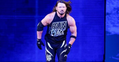 WWE: AJ Styles fa cadere Charlotte Flair dopo il loro match