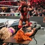 Video esclusivo di Becky Lynch che cerca di proteggere Kairi Sane durante WWE TLC