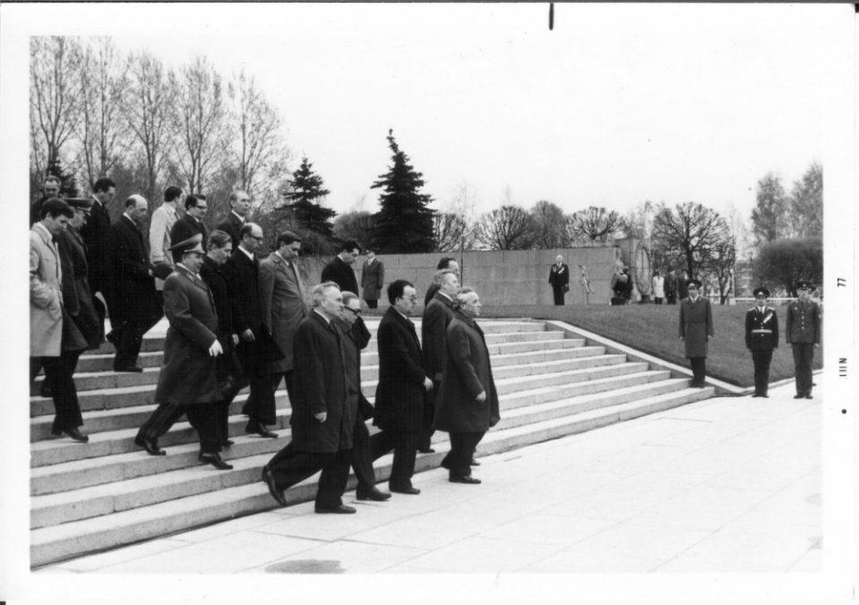 По окончанию официальной части. Партийное руководство и представители иностранных генконсульств покидают кладбище