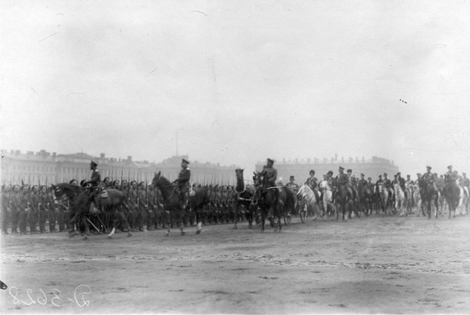 01. Император Николай II и сопровождающие его лица объезжают войска перед началом парада