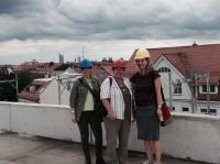Ute, Ingrid und Ulrike auf dem Dach des Haus 4 (Neubau) mit Blick aufs neue Rathaus. Leider wird dies mal keine Dachterasse.