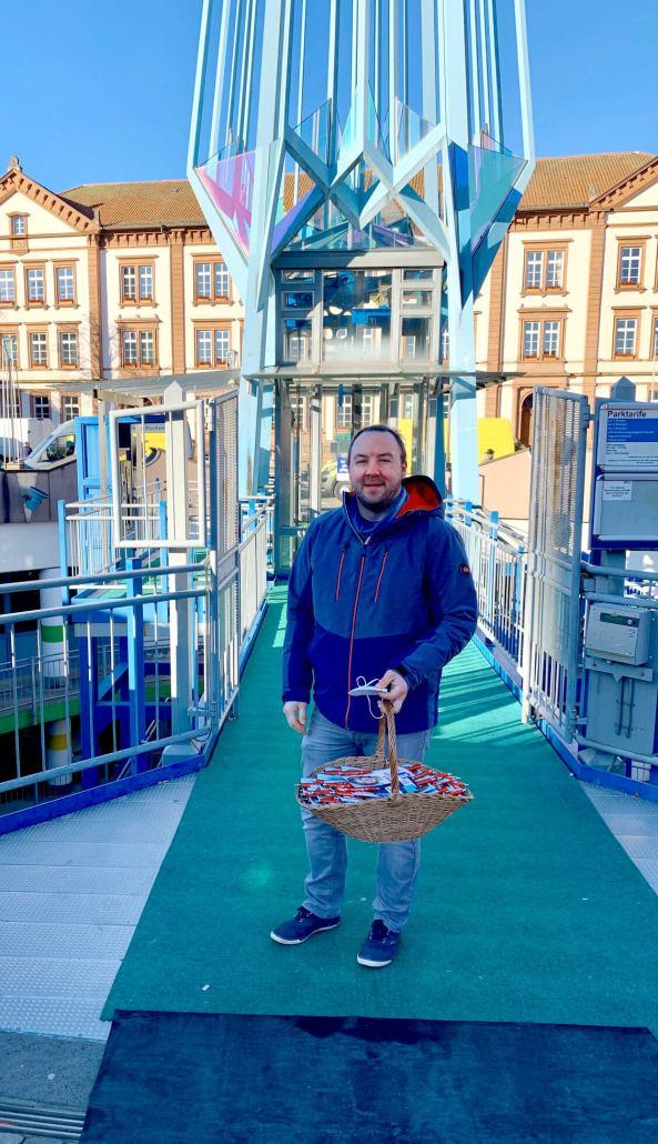 Alexander Fuhr vor Ort (auf dem Markt, mit Bastian Welker)