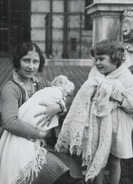 Duchess of York with daughters Princess Elizabeth and Princess Margaret Duchess of York with daughters Princess Elizabeth and Princess Margaret Duchess of York with daughters Princess Elizabeth and Princess Margaret