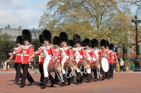 In careful coordination, the soldiers make a ceremonious walk towards Buckingham Palace.