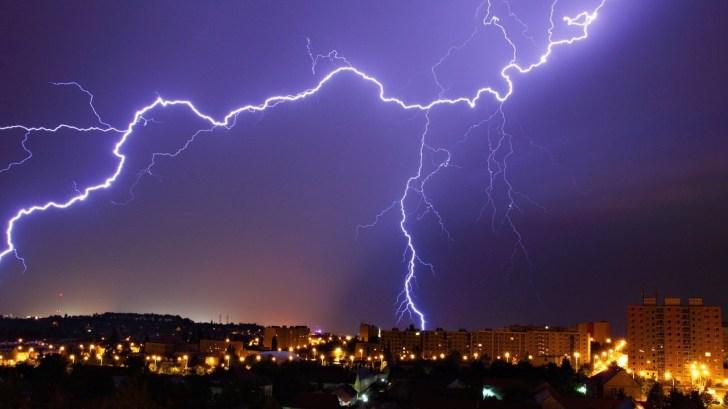 Использование электротехники в грозу и как защитить от молнии?