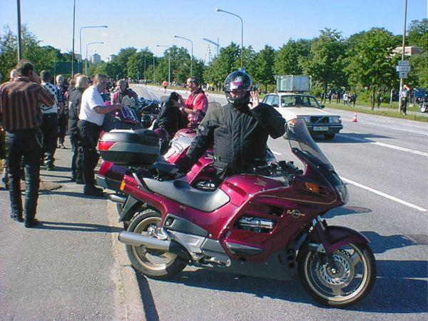Anländer till starten i Solna