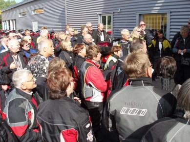 Deltagarna lyssnar andäktigt på Håkan.