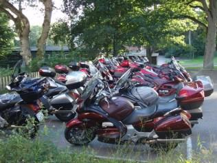 Pannorna parkerade efter att ha kört någorlunda samlat till Hotell Villa Hehrne i Vänersborg.