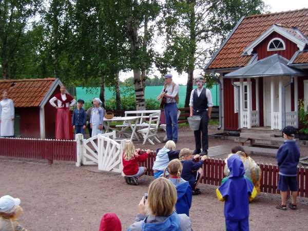 Ett nattstopp i Vimmerby gav tid för ett besök vid Astrid Lingrens Värld.