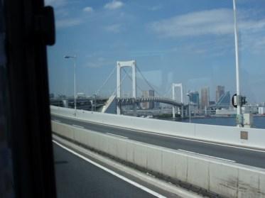 In mot Tokyo och Rainbow Bridge.