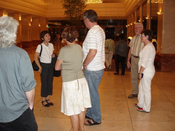 Yoshi möter upp i lobbyn.
