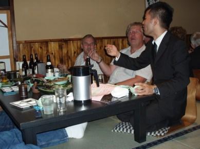 Shigeo, Yoshis kollega instruerar här i konsten att hantera ätverktygen.