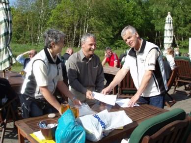 Lena, Ronny och Stefan försöker få ordning grejorna efter tipsrundan.