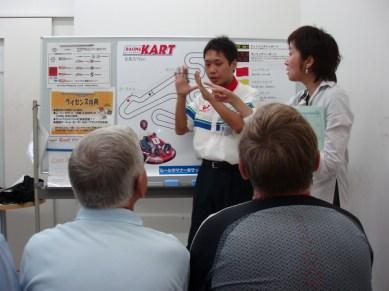 Briefing inför ett pass på kartbanan. Naturligtvis har Yoshi ett finger med i spelet.