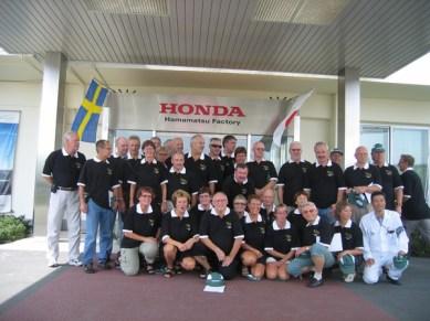 Iklädda tröjor sponsrade av Honda MC Sverige kom vi till slut till Hamamatsu och Hondas mc-fabrik. Ett intressant besök där vi såg CBR 600 byggas och en ny CBR rullade av bandet var 40 sekund.