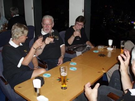 Den trevliga kvällen avslutades, som flera andra i baren på 45 våningen.