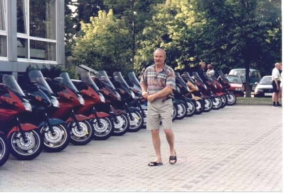 Lars kontrollerar så att alla cyklar står rätt inför fotograferingen