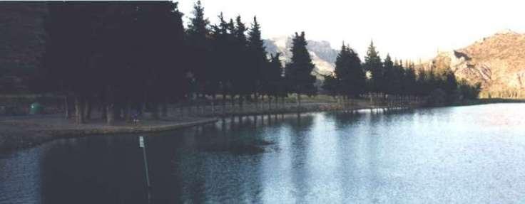 Utsikt över en damm vid campingplats, mellersta Spanien