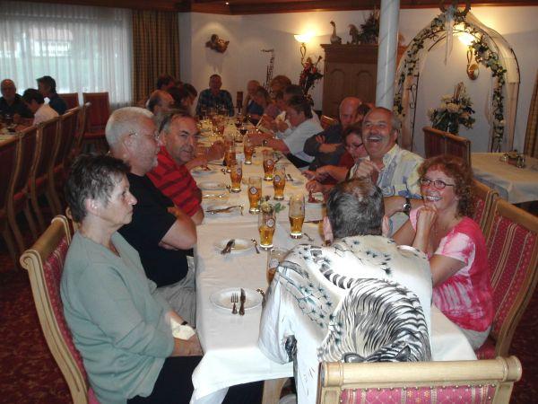 Middag åt vi gemensamt varje kväll kl 1900.