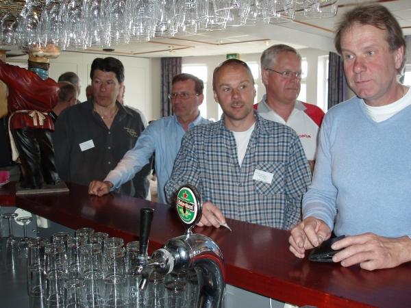Efter turen runt sjön Åsunden var det törstiga Pannaryttare som dök upp vid baren.