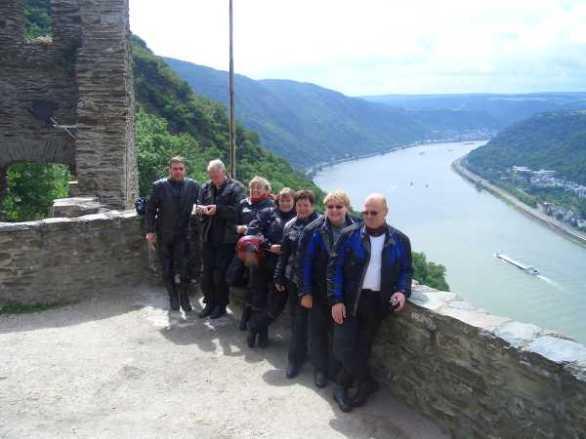 Besök vid en av många borgar som finns på höjderna längs Rhen och Mosel.