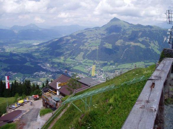Från Hahnenkamm ser man ner mot Kitzbuhel och över till Kitzbuhler Horn.